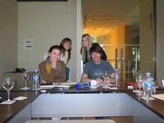 Laura, Kezia, Raquel y Mariano en una reunión