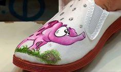¿Tienes unas zapatillas de tela y quieres darle un toque personal? En este trabajo te enseñamos paso a paso cómo pintar las zapatillas de tela.