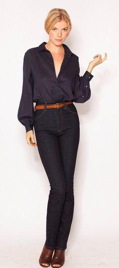 La camisa es fabulosa, tiene motas muy pequeñas. El pantalón para mi gusto es muy ajustado no apto para horas de trabajo largas y si tienes problemas de circulación o celulitis se agrava el problema.