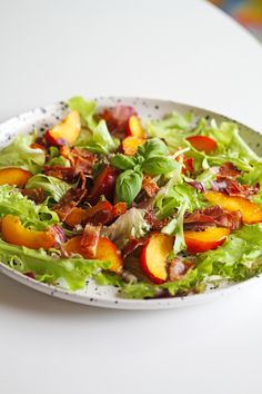 Summer salad with nectarines and bacon Easy Salads, Summer Salads, Waldorf Salat, Light Summer Dinners, Cottage Cheese Salad, Salad Recipes, Healthy Recipes, Healthy Food, Salad Dishes