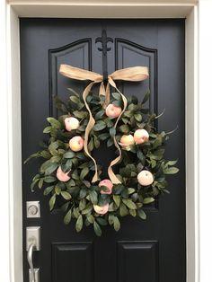 Spring Peach Wreath, Country Living Wreath, Farmhouse Wreath with Peaches Spring Door Wreaths, Diy Fall Wreath, Summer Wreath, Holiday Wreaths, Christmas Decorations, Holiday Decor, Wreath Ideas, Summer Decoration, Fall Decor