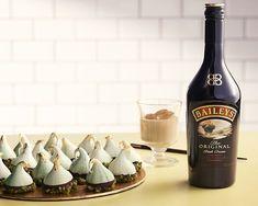 Pokud patříte mezi milovníky křehkých dezertů, čarodějnické kloboučky si jistě zamilujete. Připravte si jednoduché sněhové pusinky a vychutnejte si tu správnou sváteční atmosféru. Dokonalé spojení hořké čokolády a jemného krému skapkou likéru Baileys Original, vekterém se snoubí čerstvá smetana s irskou whisky, ocení každý mlsný jazýček.