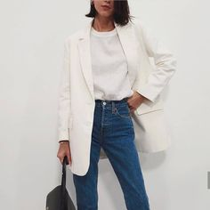 Minimalistic Outfits For Spring Minimalistic Outfits For Spring effortless minimalist outfit ideas to refresh your spring wardrobe Mode Outfits, Jean Outfits, Casual Outfits, Fashion Outfits, Fashion Trends, Womens Fashion, Travel Outfits, Fashion Boots, Fashion Ideas