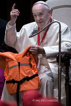 Pape François - Pope Francis - Papa Francesco - Papa Francisco  - avec le gilet de sauvetage d'un migrant noyé dans l'océan mg picciarella  (@mgpicciarella)   Twitter