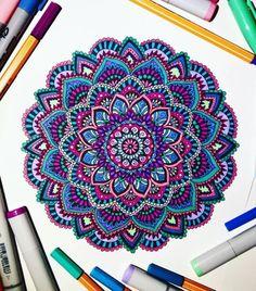 joli dessin zen de mandala coloré aux feutres fins, motifs hindous délicats aux nuances de bleu et de violet