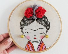 Frida Kahlo Embroidery Hoop Art - Textured Wall Décor, Mix Media Art - painting & embroidery, Modern Hoop Wall Art Decor, Gift For Artist Embroidery Hoop Art, Hand Embroidery Patterns, Cross Stitch Embroidery, Embroidery Designs, Embroidery Shop, Bargello Needlepoint, Gifts For An Artist, Texture Art, Fiber Art