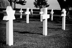 Cruces cristianas y Estrellas de David en el cementerio norteamericano de Normandia en Colleville-sur-Mer.