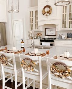 Brick Home Remodel Loving this fall kitchen and wreaths adorning the barstools. Image credit Home Remodel Loving this fall kitchen and wreaths adorning the barstools. Rustic Fall Decor, Fall Home Decor, Autumn Home, Home Decor Country, Fall Apartment Decor, Fall Bedroom Decor, Modern Fall Decor, Rustic Mantel, French Home Decor