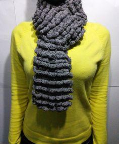 Cachecol Pompom de tricô feita à mão na cor cinza    Super leve, macio e quentinho.  Cores: cinza  Comprimento: 1m e 40 cm    Apenas uma unidade no estoque.  Pronta entrega R$ 33,30