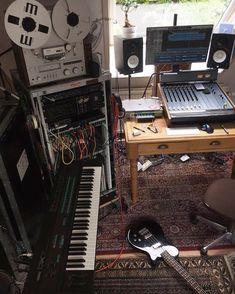 Home Studio Setup, Studio Layout, Music Studio Room, Studio Desk, Recording Studio Home, Configuration Home Studio, Home Music Rooms, Nerd Room, Acoustic Design