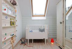 Petite chambre pour bébé. J'adore l'étagère très étroite!