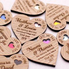 Corazones de madera con pops de color para la nevera.