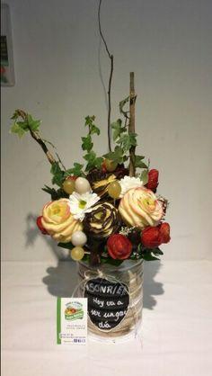 Centro de flores personalizado,  con fruta con chocolate blanco y negro,  fresas también en flor