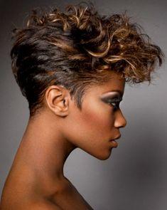 Sur cette photo, une coiffure où les proportions n'ont pas été respectées, mais où le résultat est tout à fait spectaculaire. À l'arrière et sur les côtés, les cheveux ont été coupés court et étirés, alors que sur le dessus de la tête et à l'avant, le coiffeur a gardé de belles longueurs, qu'il a ensuite joliment bouclées, pour un effet plutôt volumineux.