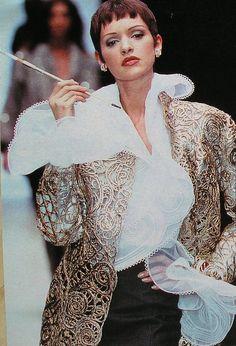 Chanel P/E coiffure de René Goujean. Beautiful Blouses, Beautiful Gowns, Vintage Vogue, Vintage Fashion, Versace, 1990s Fashion Trends, Chanel, 90s Models, Ferrat
