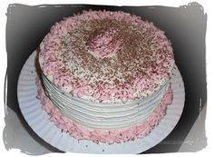Tarta de chocolate, rellena de crema de arándanos y cubierta de crema de chocolate blanco. Chocolate cake, blueberry cream filling, and covered with white chocolate cream