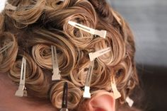 CURLS / This is the old fashioned way to have wavy hair like Marilyn Monroe. When your hair is damp, curl it around your finger and pin it with bobby pins or small clips. Heatless Hairstyles, Heatless Curls, Retro Hairstyles, Curled Hairstyles, Easy Hairstyle, Pin Curl Hair, Pin Curls, Damp Hair Styles, Short Hair Styles