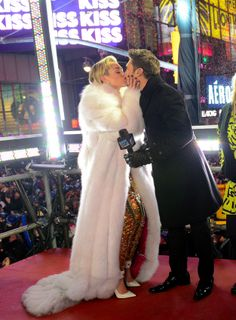 Miley Cyrus And Ryan Seacrest Kissed Each Other At The Ball Drop Trace Cyrus, Noah Cyrus, Miley Cyrus Ring, Fur Fashion, Fashion Wear, Nashville, Times Square, Jenny Mccarthy, Ryan Seacrest