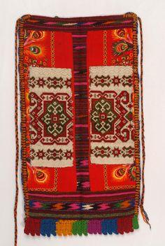 Μακεδονία -Σέρρες - Σκουτ, ή πρεσκούτνικ όπως λέγεται στην Άνω Ορεινή, μάλλινη, μονόφυλλη, ορθογώνια παραλληλόγραμμη ποδιά που φορούν οι νύφες / Macedonia - Serres - Skoutas or preskoutnik-called Upper Mountain, wool, single-wing, rectangles apron worn by brides.