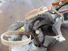 Leren armband met quote en een schelp hanger. Dubbele leren armband met de kleuren grijs en rood. Dubbele leren armband met tussenzetsel hart.