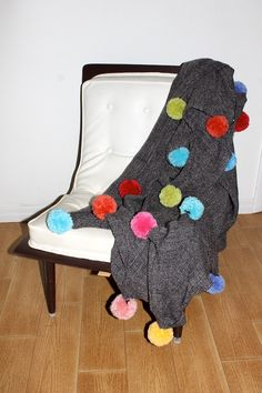 This super adorable DIY pom pom blanket will be sure to warm your house and put a smile on your face every time you use it. Easy Yarn Crafts, Pom Pom Crafts, Craft Stick Crafts, Diy Craft Projects, Diy Crafts, No Sew Blankets, Throw Blankets, Do It Yourself Fashion, Crafts To Make And Sell