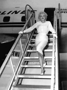 Marilyn arriving to meet her Fans
