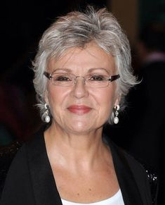Julie Walters Party Makeup for Older Wom. Julie Walters Party Makeup for Older Women Short Hair Over 60, Short Hair Older Women, Makeup For Older Women, Short Grey Hair, Haircut For Older Women, Short Hair With Layers, Short Wavy, Grey Hair Over 50, Grey Curly Hair