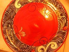 Plato rojo pintado por Lila Esbir