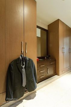 #wardrobedesign Sliding Wardrobe Doors, Walk In Wardrobe, Modern Wardrobe, Wardrobe Design, Sliding Doors, Bedroom Cupboard Designs, Bedroom Cupboards, Luxury Closet, Wood Design