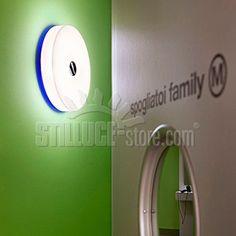 Flos Button Apparecchio di illuminazione da parete o soffitto, da interno ed esterno (IP44) a luce diffusa.