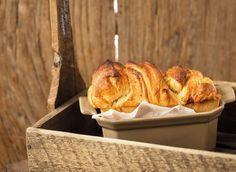 Drożdżowe z konfiturą truskawkową     Ciasto drożdżowe to nie tylko przedziwne kształty, ale również wyjątkowy smak. Takie z truskawkami smakuje najlepiej! Bread, Sweet, Ale, Recipes, Food, Candy, Brot, Ale Beer, Recipies