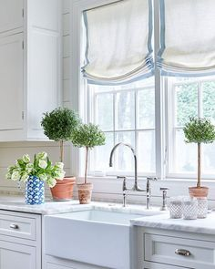 Balance, in my opinion, is fundamental in every area of our lives, on our diet, our relationships and, without any question, in our home. This is a great example of a balanced space, from its decor to its elements. See more on HomeBunch. By @sarahbartholomewdesign. #followers #Interiordesigner #interiordesignblog #interiordesign #kitchen #windows #countertop #shiplap #interiors #homedecor #homeideas #whitekitchen