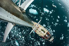 Spitzbergen, Norwegen. Ein Segelboot gleitet in Spitzbergen, Norwegen durch das Eis. #Spitzbergen #Norwegen #Eis #Segelboot