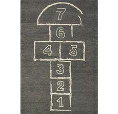 juego que se pintaba en el suelo de la calle con tiza o trozo de ladrillo y que se jugaba con la auyda de una piedra para tirar a los números.ME LO PASABA MUY,MUY BIEN CON LAS AMIGAS