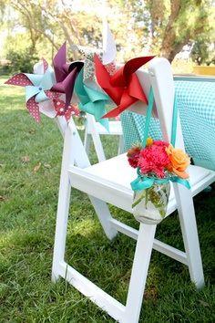 Decoración de sillas con molinillos de viento