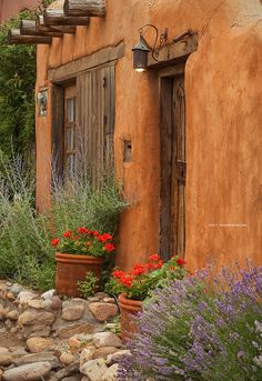 The photogenic city Santa Fe, New Mexico begs to be remembered with beautiful photos. Use this Santa Fe Photos & Photography Guide to capture memorable and… Adobe Haus, Fachada Colonial, Beautiful Homes, Beautiful Places, Beautiful Gardens, New Mexico Style, New Mexico Homes, Mexico House, Santa Fe Style