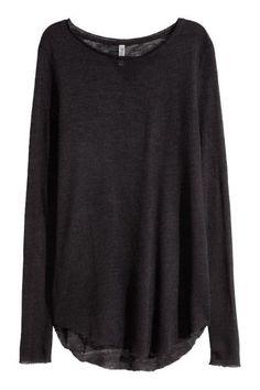 Cienki sweter: Cienki sweter z delikatnej, miękkiej dzianiny. Długi rękaw, niewykończone brzegi. Zaokrąglony dół i nieco dłuższy tył.