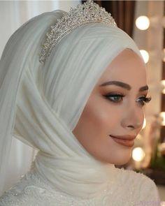2021 Sezonunun En Trend 30 Kapalı Gelin Başı Modeli Muslim Wedding Gown, Hijabi Wedding, Muslimah Wedding Dress, Muslim Wedding Dresses, Hijab Bride, Muslim Brides, Wedding Dress Trends, Bride Gowns, Bridal Dresses