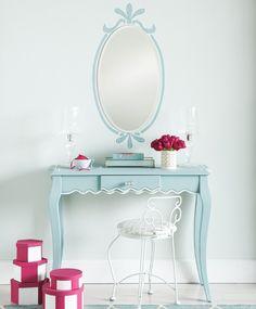 table de toilette  moderne en bleu avec miroir ovale et fleurs