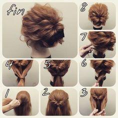 ミディアムアップアレンジ♡ 1〜2.上部の毛をとってくるりんぱ。 3〜5.残っている毛を全てしばり、くるりんぱ。 6.2つのポニーテール部分をそれぞれねじり、 7.左右の耳の後ろでピン留め。 ※2つのポニーテールをそれぞれ左右どちらに持っていくかはバランスを見て決めてください。 8.少しほぐして完成☆