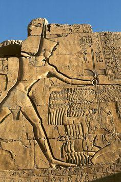 En el séptimo pilono del templo de Karnak se recuerda la campaña en la que Tutmosis sometió a los rebeldes de Qadesh. el faraón aparece aplastando a los enemigos con su maza.