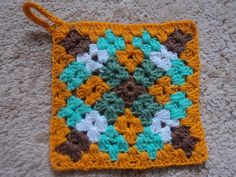 This Pin was discovered by Say Crochet Motif Patterns, Granny Square Crochet Pattern, Crochet Squares, Crochet Designs, Knitting Patterns, Granny Squares, Scrap Yarn Crochet, Crochet Blocks, Cute Crochet
