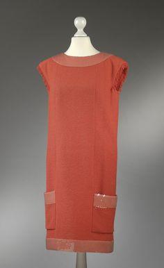 Chanel Auktion Lot 60: Chanel Kleid aus der Cruise Collection 2008, dunkellachsfarbener Boucléstoff, Länge 92 cm, deutsche Größe 36