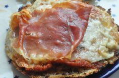 Er du også vild med gratinerede ostebrød? Åh det er jeg! :-) Vi spiser dem i alle afskygninger og ofte når vi har brød på lager, der trænger til at blive brugt. Ostebrød er et totalt godt stop madspilds-initativ og