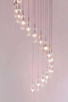 lampen Schitterende verlichting in een grote hal of vide Videlamp met helder glas hanglamp