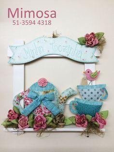 Projeto Enfeite de Porta Minha Cozinha com Bule e Xícaras Tea Party, Sewing Crafts, Sewing Patterns, Alice, Shabby Chic, Patches, Christmas Ornaments, Holiday Decor, Fabric