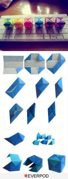 Origami: Würfel. Passend zu den Kugeln und ebenfalls wunderschön für einen Modernen Weihnachtsbaum... ♥