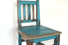 ... einfach nur bezaubernd!    ist dieser sehr alte Kinderstuhl aus Holz.  Ursprünglich türkis lackiert, hat er durchs viele Benutzen eine traumha
