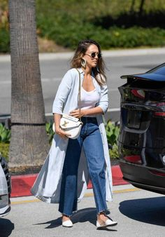 Jessica Alba dons unflattering mom jeans to shop at LA mall Jessica Alba Outfit, Jessica Alba Casual, Jessica Alba Style, Spring Summer Fashion, Winter Fashion, Modele Hijab, Kimono Outfit, Inspiration Mode, Chic Outfits