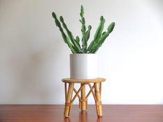 Sellette porte plante tripode en rotin / bambou par lestrictmaximum